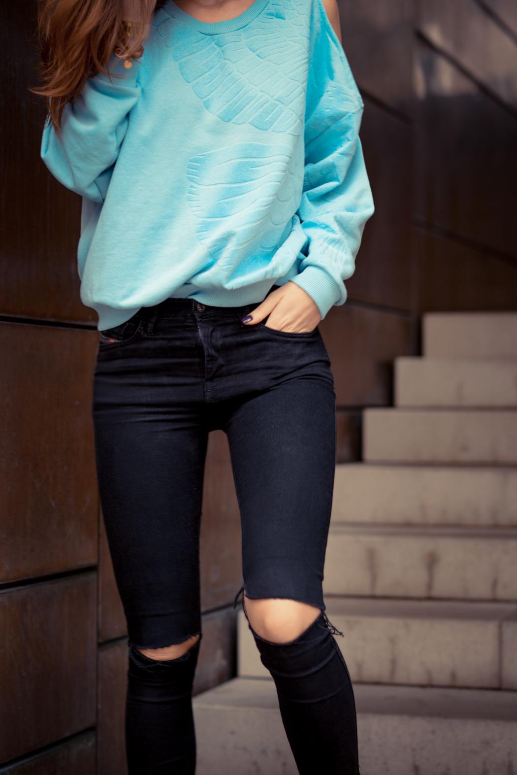 Rita-Ora-Sweatshirt-hellblau-Fashionblogger-München-1
