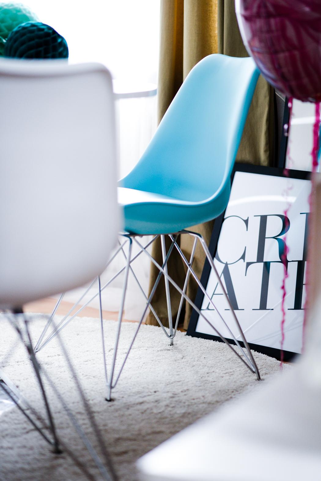 Runder-weißer-Esstisch-Charles-Eames-Chair-Interieur-5