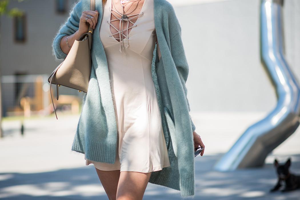 Fashionblog-Fashionblogger-Fashion-Blog-Blogger-Lifestyle-Lindarella-Linda-Rella-Acne-Kaschmirjacke-mint-tuerkis-Dior-so-real-Celine_Belt_Bag-Céline_Tasche-29-web