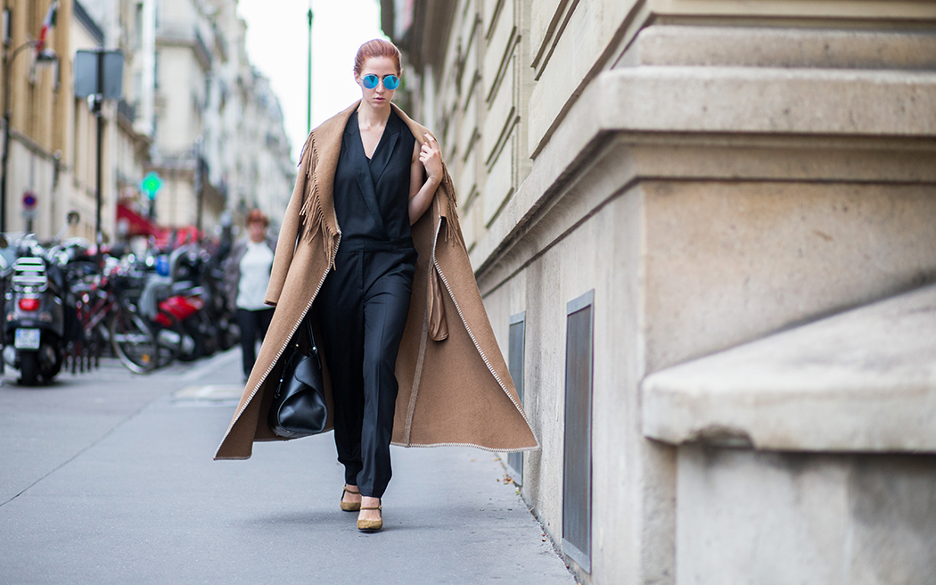 Fashionblog-Fashionblogger-Fashion-Blog-Blogger-München-Paris-Deutschland-runde-verspiegelte-Sonnebrille-blau-Gentle_Monster-Sportmax-Fransenmantel-beige-Mantel-schwarzer-Jumpsuit-rote_Haare-Streetstyle