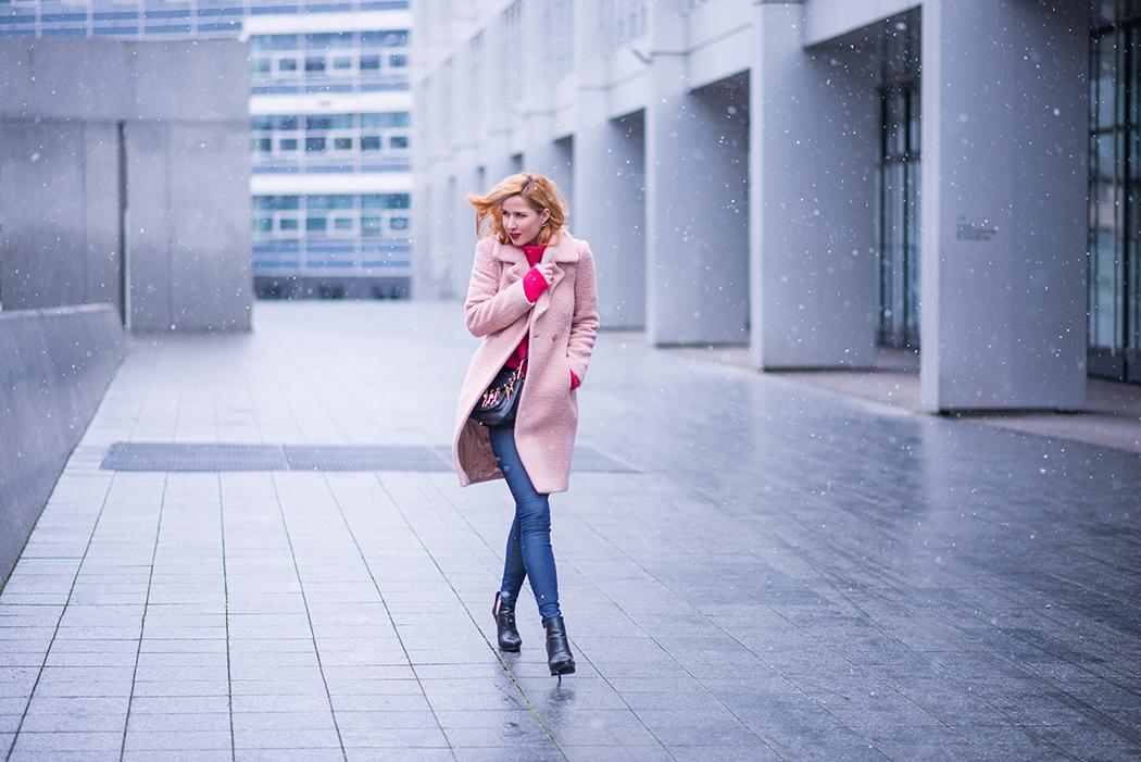 Fashionblog-Fashionblogger-Fashion-Blog-Blogger-Lifestyle-Chloe_Hudson-Twin-Set-rosa-Mantel-IRO-pink-pullover-erdbeerblond-12-web