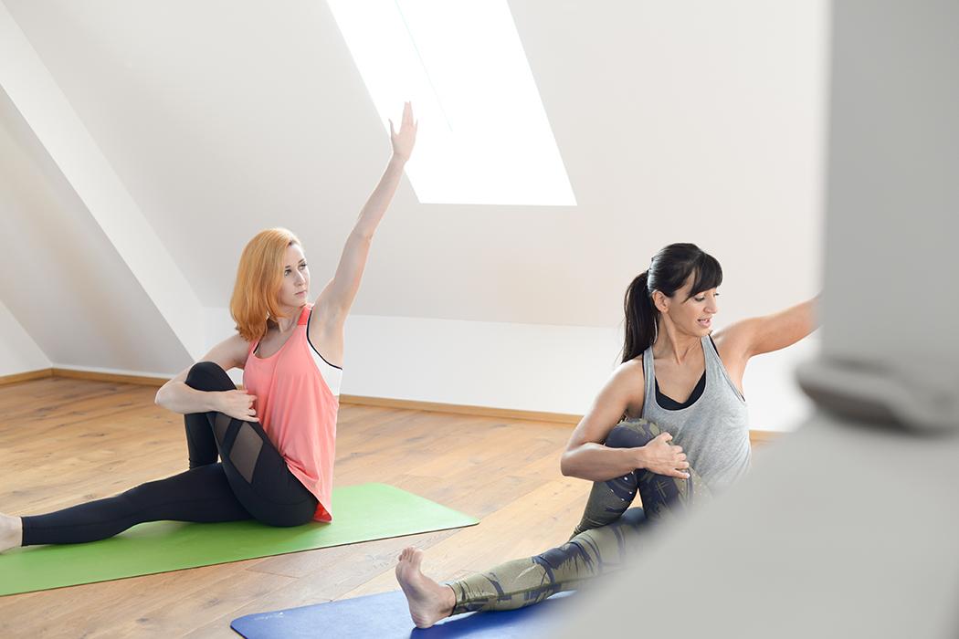 Fitnessblog-Fitnessblogger-Fitness-Blog-Yoga-Lifestyle-für-Anfänger-Anfängerjoga-Lindarella-Posen_Yoga-Calyana-Buket-Akkus-Airex-1-web