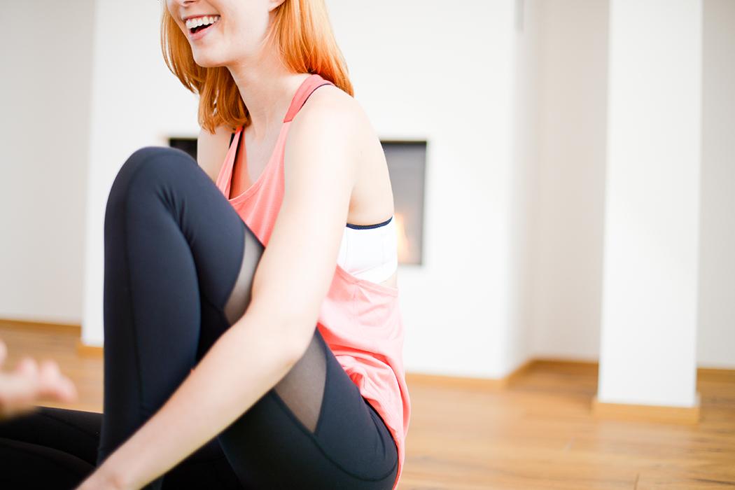 Fitnessblog-Fitnessblogger-Fitness-Blog-Yoga-Lifestyle-für-Anfänger-Anfängerjoga-Lindarella-Posen_Yoga-Calyana-Buket-Akkus-Airex-10-web