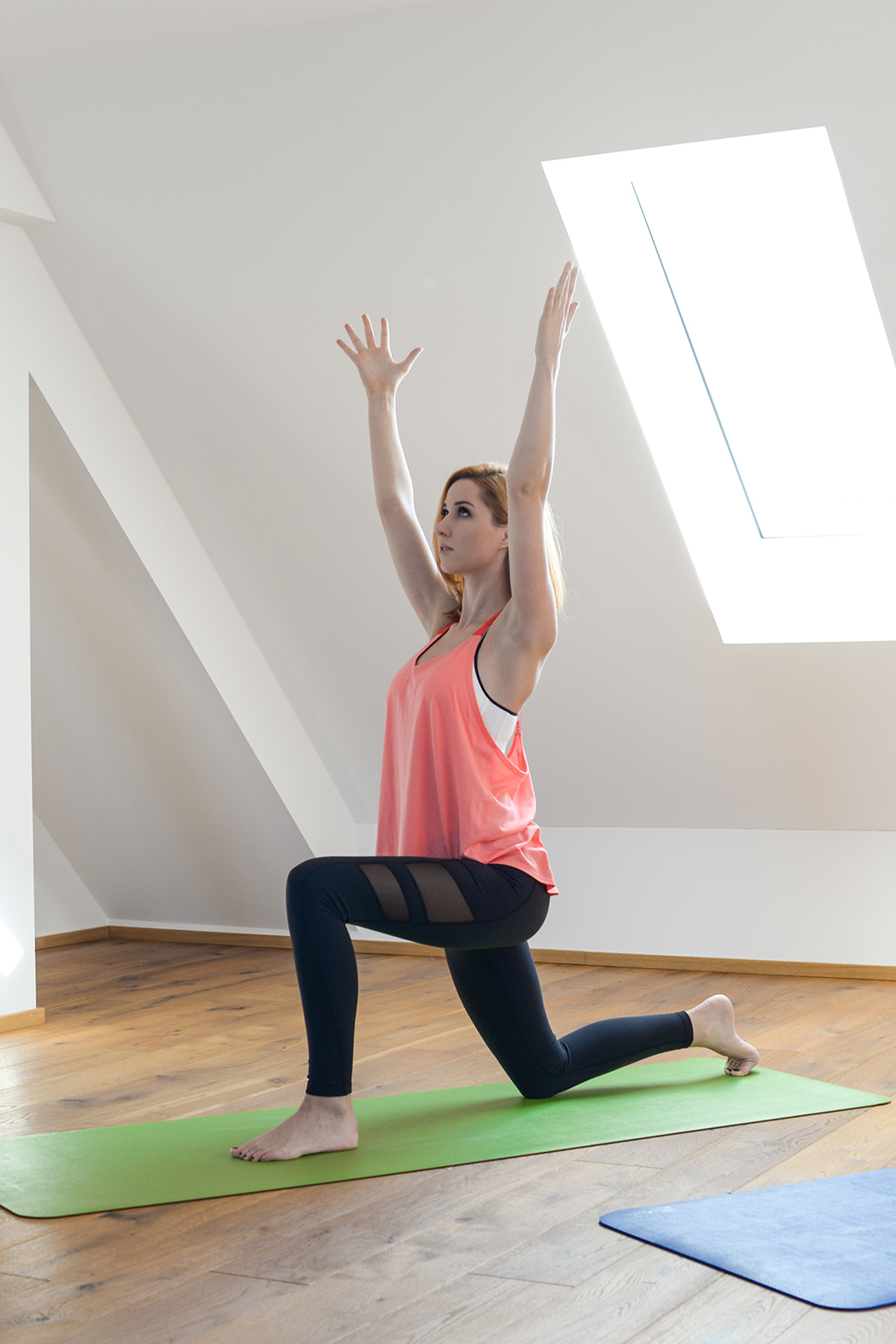 Fitnessblog-Fitnessblogger-Fitness-Blog-Yoga-Lifestyle-für-Anfänger-Anfängerjoga-Lindarella-Posen_Yoga-Calyana-Buket-Akkus-Airex-2-web