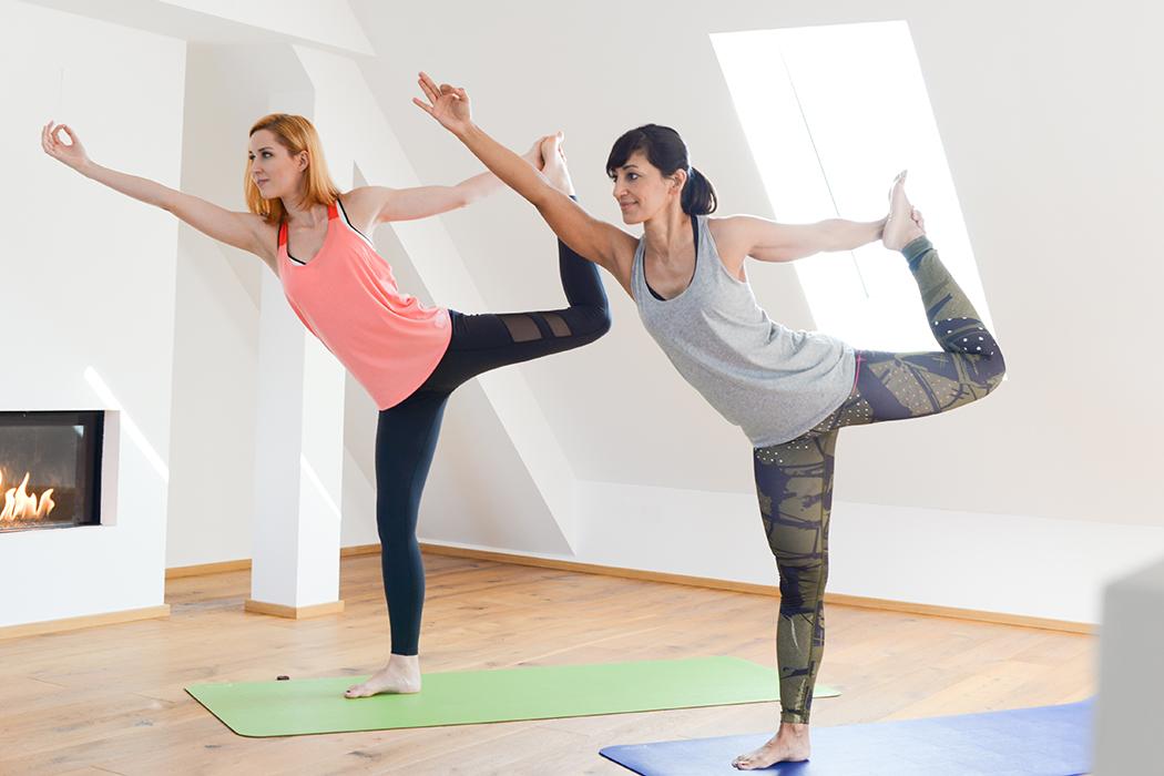 Fitnessblog-Fitnessblogger-Fitness-Blog-Yoga-Lifestyle-für-Anfänger-Anfängerjoga-Lindarella-Posen_Yoga-Calyana-Buket-Akkus-Airex-7-web