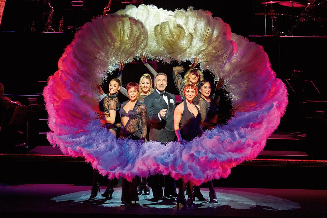 CHICAGO - DAS MUSICAL Ab 11.10.2015 im Stage Theater des Westens Berlin Infos auf musicals.de Szene mit als Nigel Casey als Billy Flynn und dem Ensemble